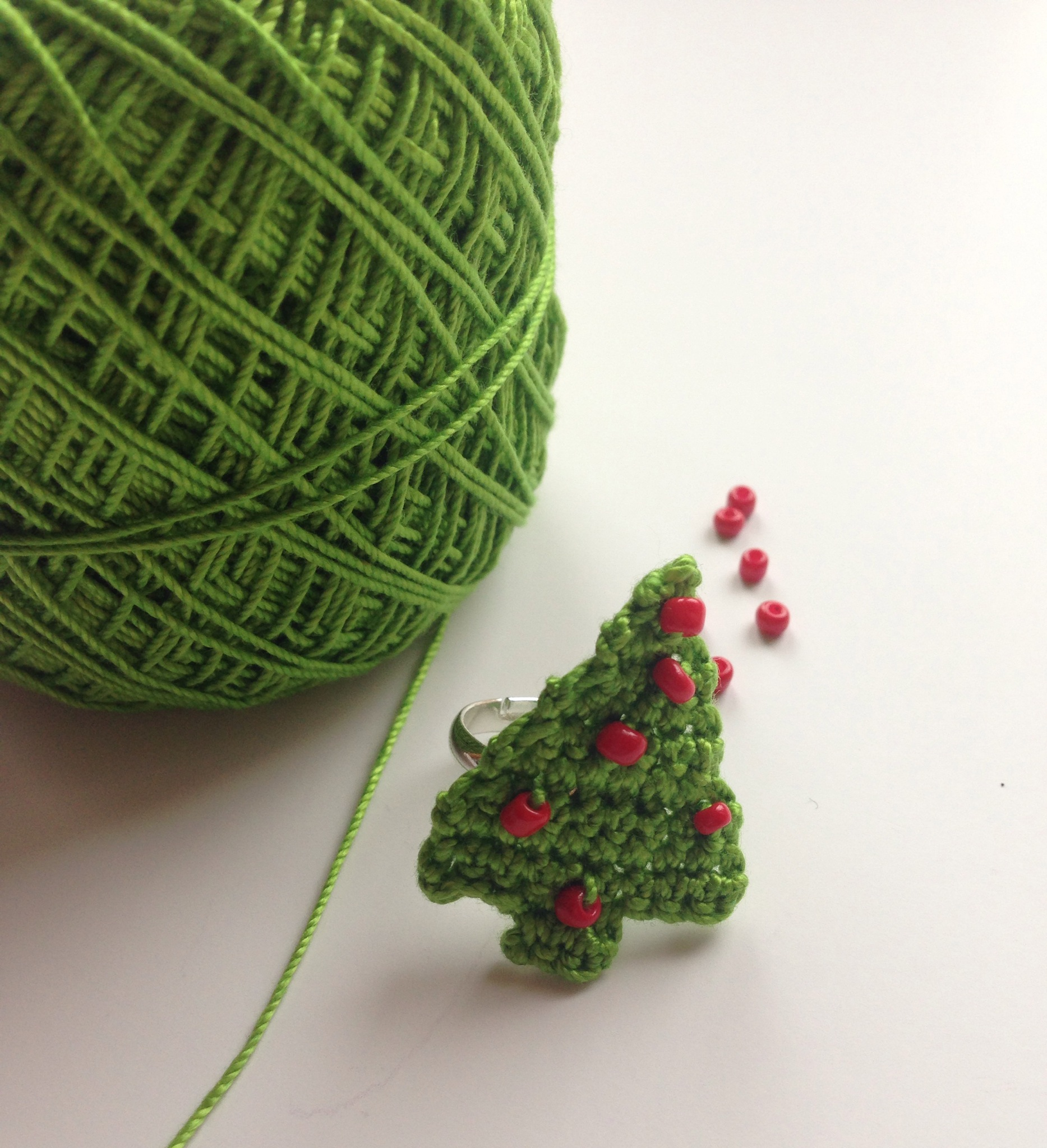 Free pattern for a Christmas Tree Ring | crochetime